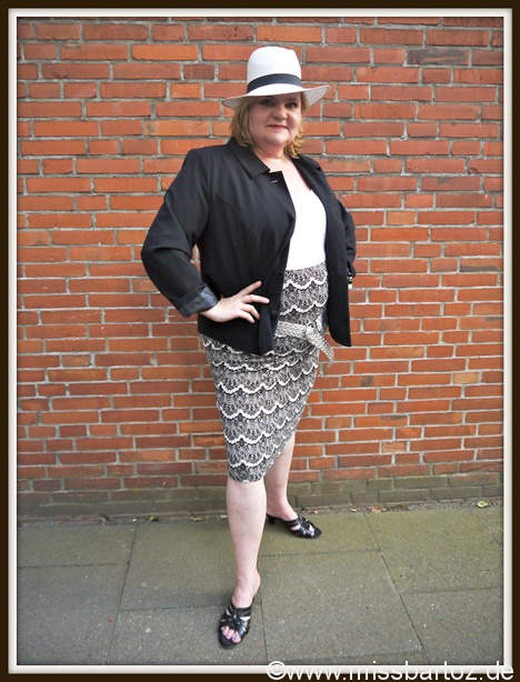 plus-size-outfit-day- black and white