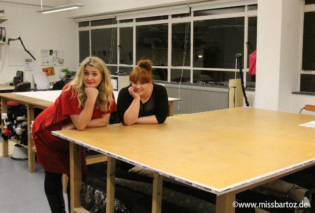 Anna Scholz mit Patty im Atelier