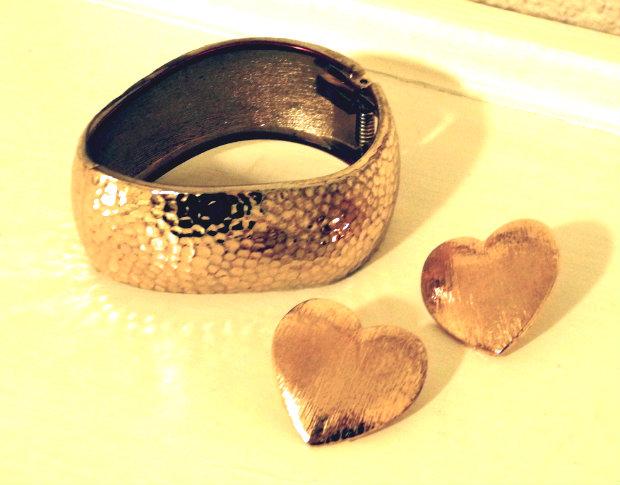 Goldener Armreif mit Herzohrstecker 1