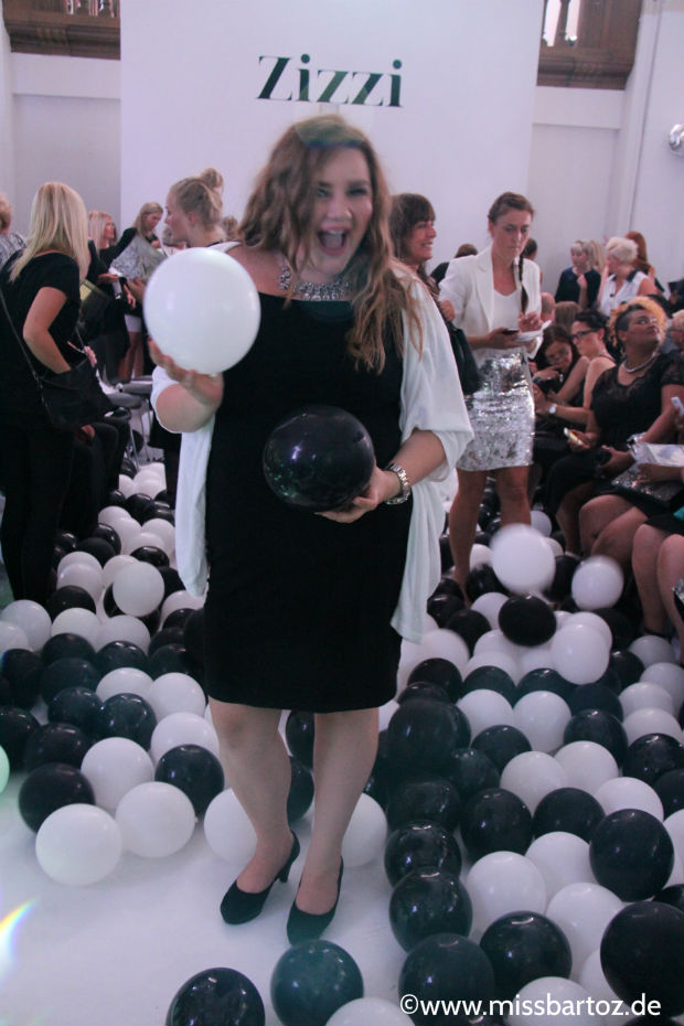 Theodora Flipper black white shopping queen