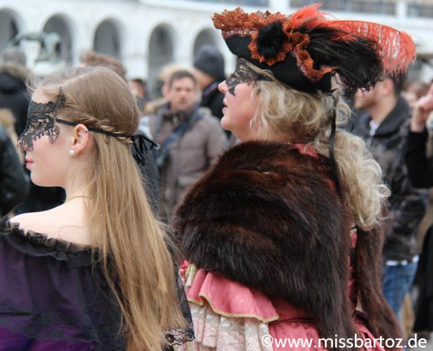 Mutter und Tochter venezianischer Karneval Hamburg